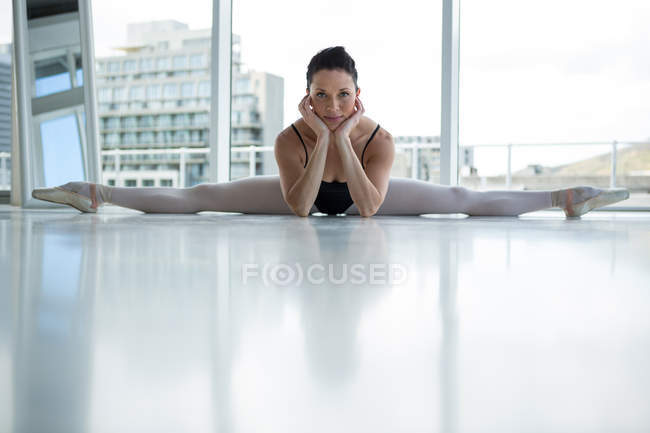 Portrait of ballerina performing a split in the ballet studio — Stock Photo
