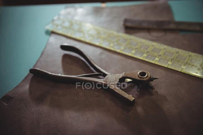 Máquina de perfuração de couro na mesa na oficina — Fotografia de Stock