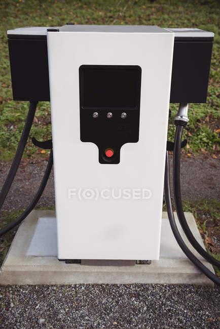 Chargeur de voiture électrique à la station de recharge du véhicule électrique — Photo de stock