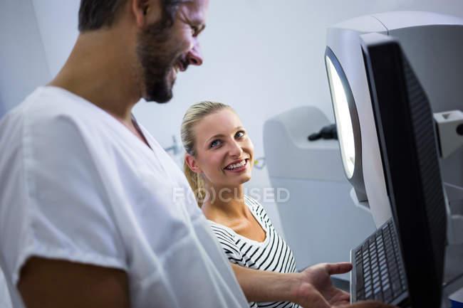 Femme discute avec mâle dermatologue à la clinique — Photo de stock