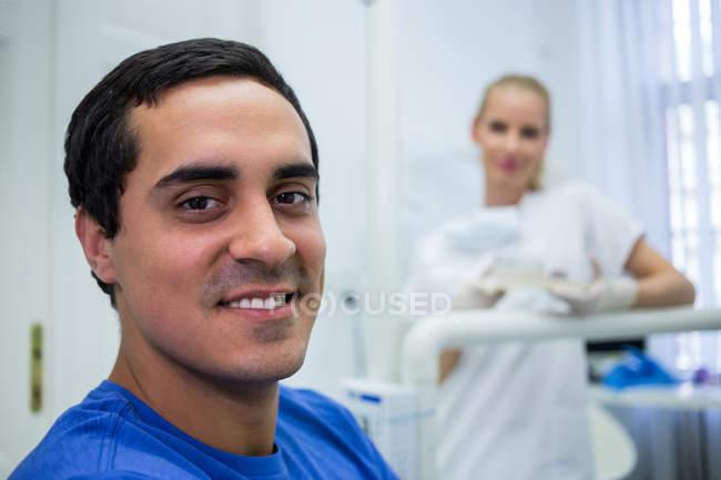 Retrato de paciente sorridente do sexo masculino na clínica — Fotografia de Stock