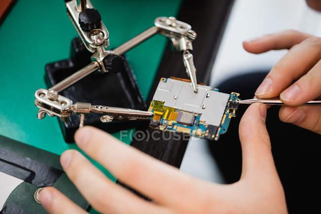 Hombre móvil en un centro de servicio de reparacion - foto de stock