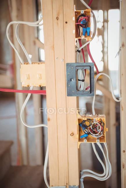 Gros plan sur le câblage électrique d'un bâtiment en construction — Photo de stock