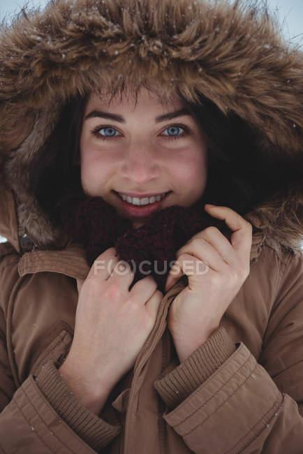 Портрет усміхається жінка в хутряні куртки взимку — стокове фото