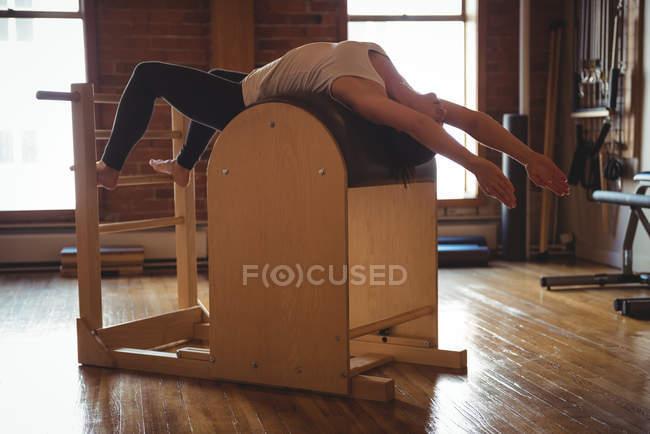 Подходящая женщина занимается пилатесом в фитнес-студии — стоковое фото