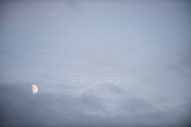 Vue tranquille de lune dans le ciel nuageux — Photo de stock