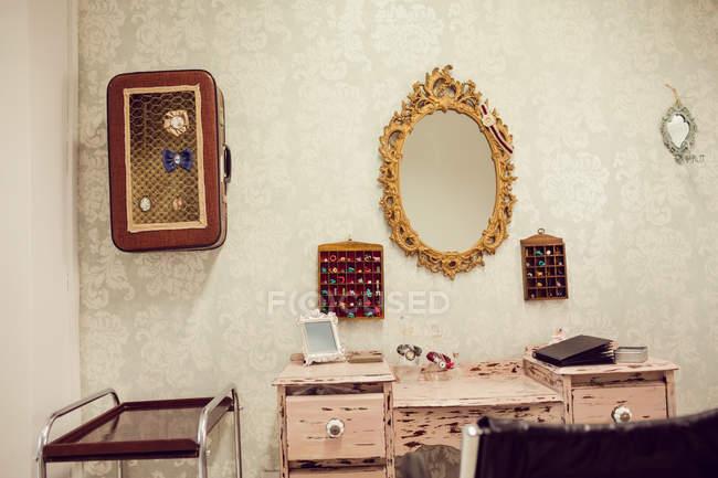Интерьер магазина дредов с мебелью — стоковое фото