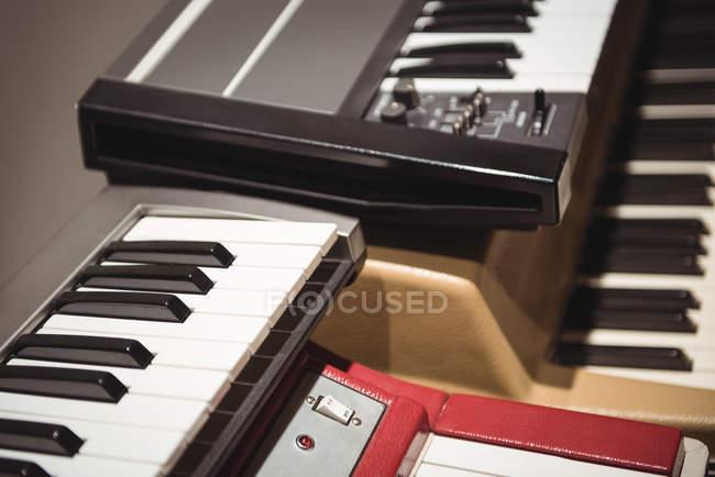 Primo piano delle tastiere per pianoforte in studio di registrazione — Foto stock