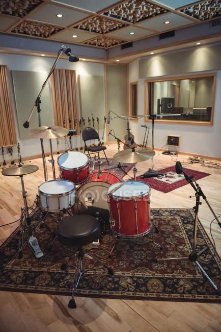 Порожній кімнаті з музичного обладнання в студії звукозапису — стокове фото