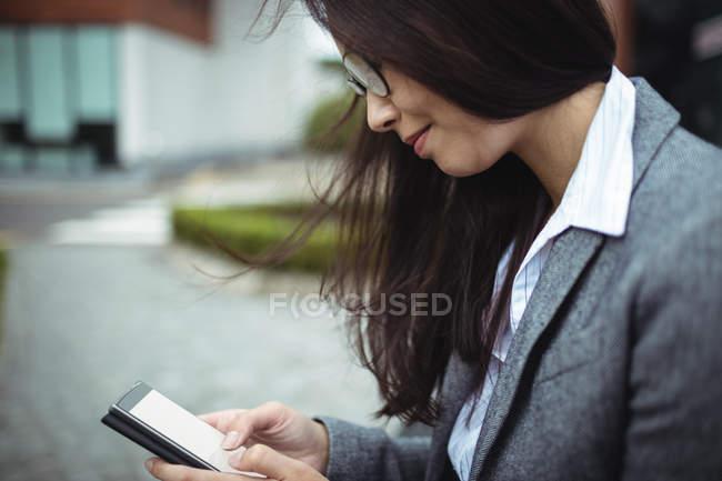 Nahaufnahme der geschäftsfrau mit Handy — Stockfoto