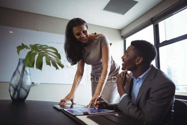 Бізнес-леді взаємодіючих з колегою в офісі — стокове фото