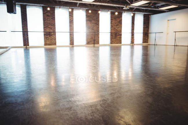 Внутрішній вигляд порожній балету-студії — стокове фото