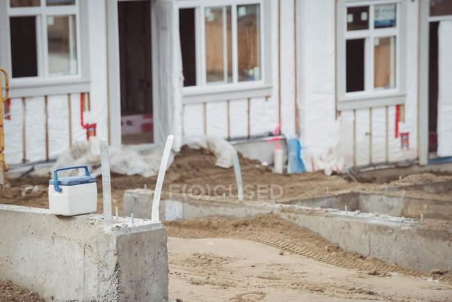Icebox тримається на бетонну стіну на будмайданчик — стокове фото