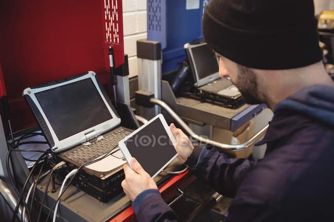 Механік проведення цифровий планшетний в ремонт гаража — стокове фото