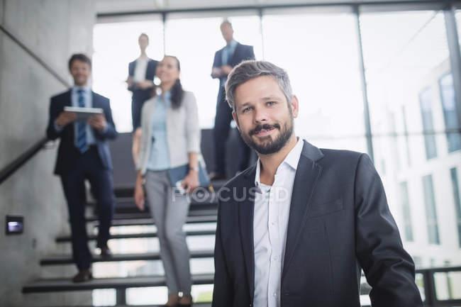 Ritratto di un uomo d'affari sicuro in ufficio — Foto stock