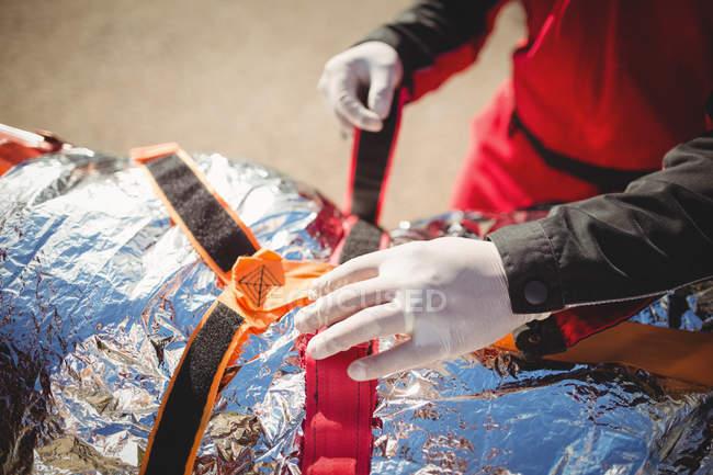 Mulher ferida tratada por paramédico no local do acidente — Fotografia de Stock