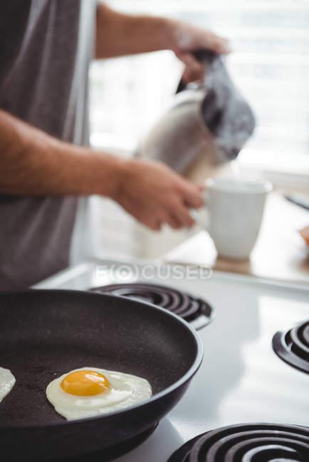 Close-up de ovo frito em uma frigideira na cozinha — Fotografia de Stock