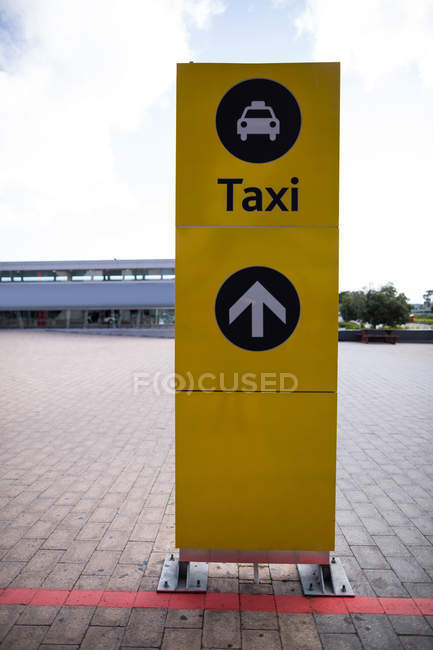 Primer plano del consejo de información en el aeropuerto - foto de stock