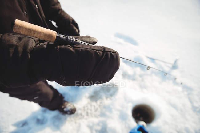Seção intermediária de pescador de gelo, segurando a vara de pesca — Fotografia de Stock