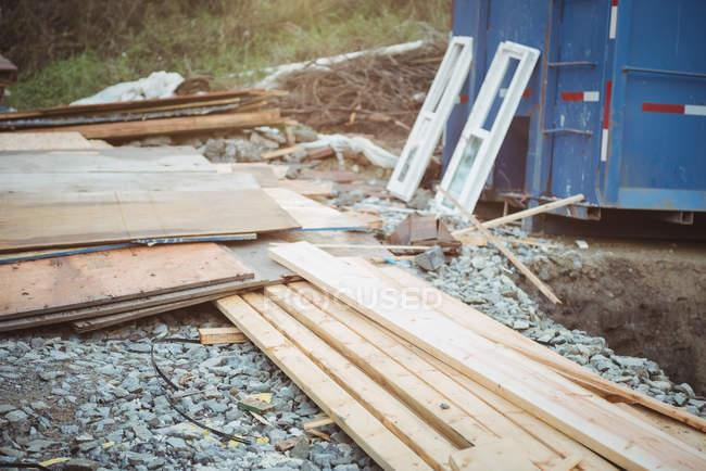 Empilement de planches de bois sur le chantier — Photo de stock