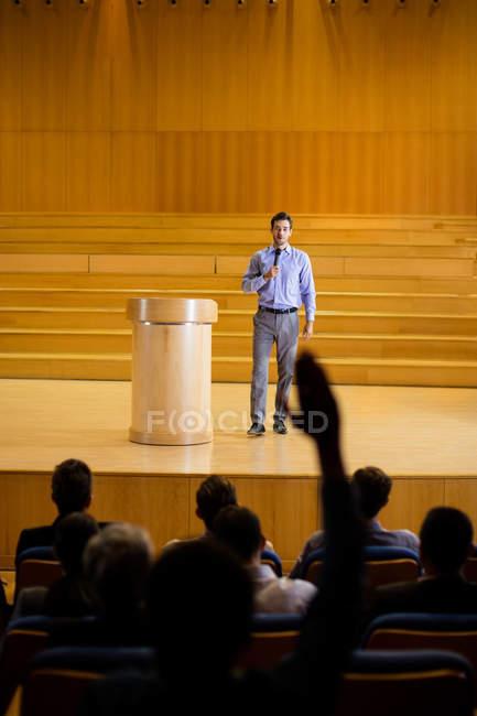 Homme d'affaires donnant un discours au centre de conférence — Photo de stock