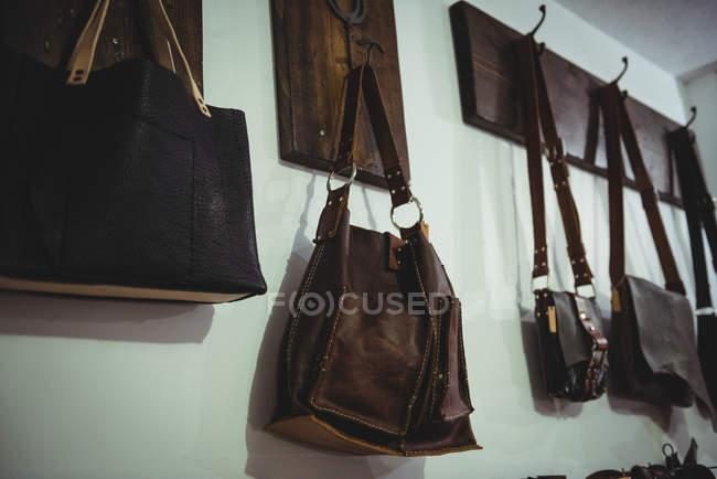 Vários acessórios de couro pendurados na oficina — Fotografia de Stock