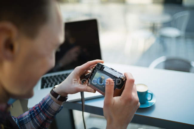 Jeune homme photo prise avec la caméra de la tasse de café à la cafétéria — Photo de stock