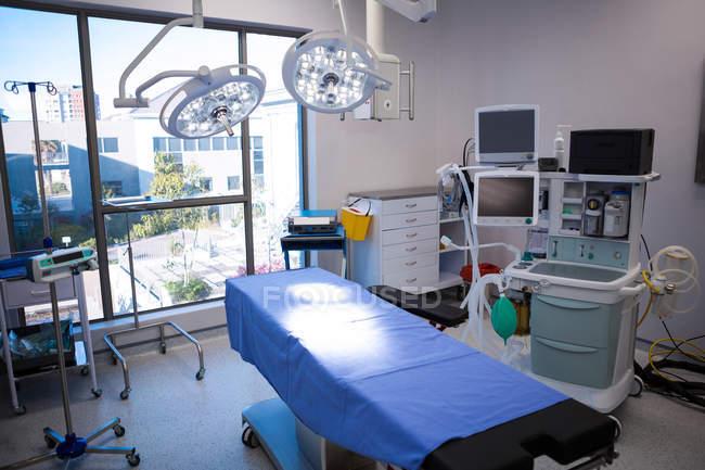 Geräte und medizinische Geräte im modernen Operationssaal des Krankenhauses — Stockfoto
