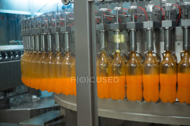 Bottiglie riempite di succo sulla linea di produzione in fabbrica — Foto stock