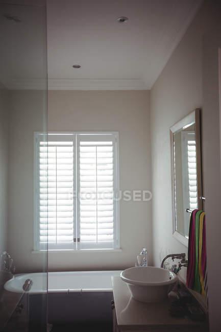 Пустая комната стороны раковиной и ванной дома — стоковое фото