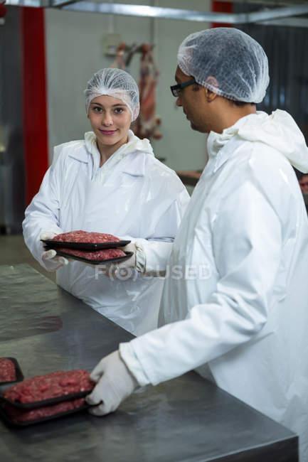 М'ясників, Тара на заводі м'яса фарш — стокове фото