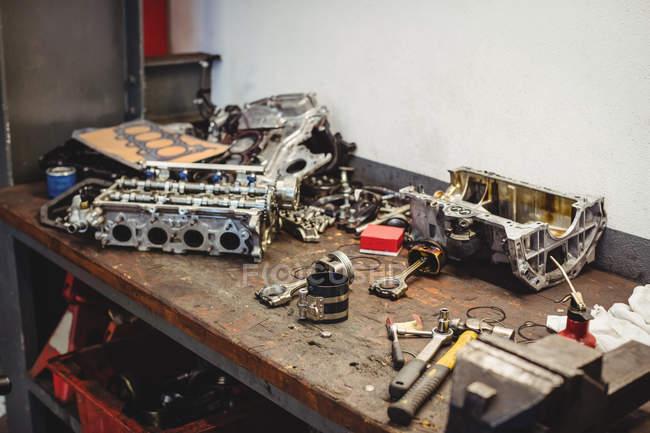 Workbench автомобільних запчастин та інструменти у ремонт гаража — стокове фото