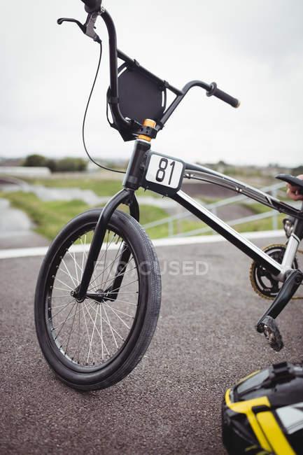 BMX велосипед на починаючи рампи на скейтпарк — стокове фото