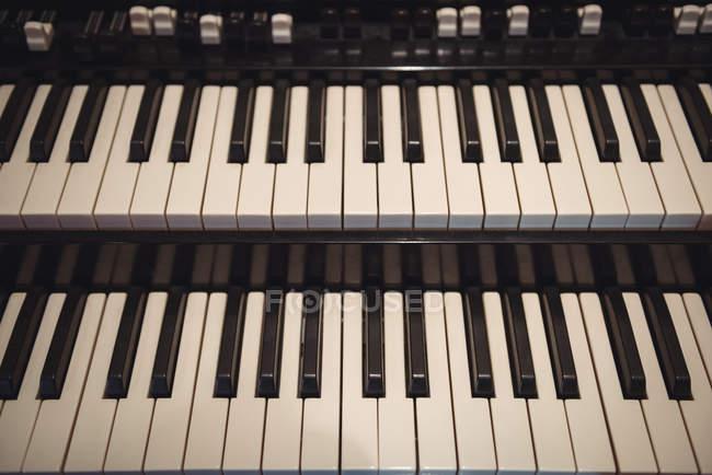 Primo piano della tastiera del pianoforte in studio di registrazione — Foto stock