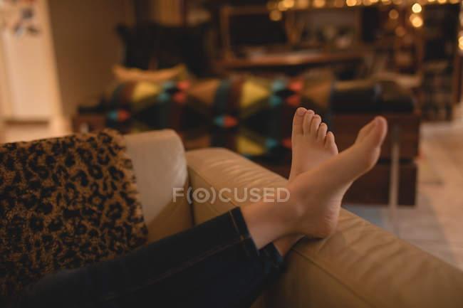Ragazza rilassante sul divano in soggiorno a casa, ritagliato — Foto stock