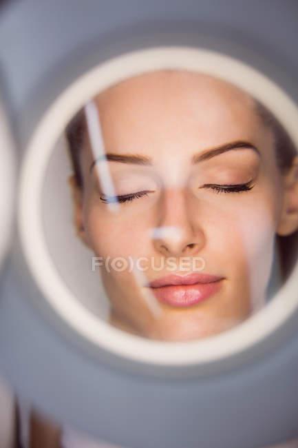 Primo piano del dermatologo che esegue la depilazione laser sul viso del paziente in clinica — Foto stock
