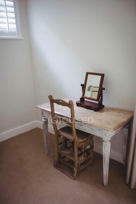 Leere Tabelle und Stuhl mit Spiegel im Schlafzimmer zu Hause ...