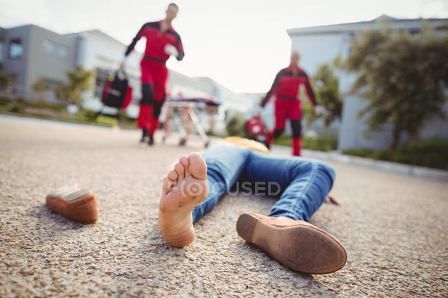 Close-up da mulher inconsciente caiu no chão após o acidente — Fotografia de Stock