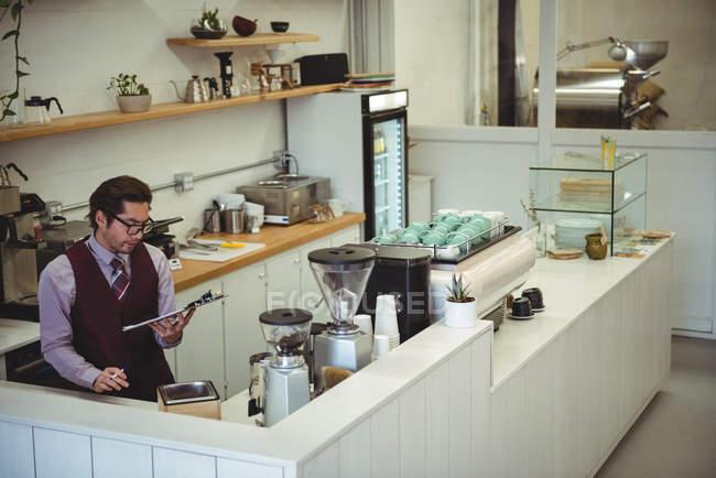Homem pensativo olhando para a área de transferência no café — Fotografia de Stock