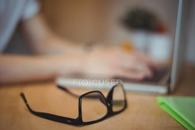 Gros plan sur les lunettes sur la table au bureau — Photo de stock