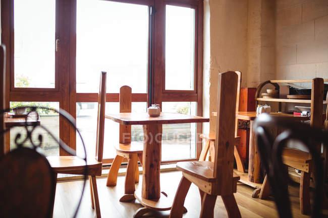 Cadeiras e mesas vazias definido no café — Fotografia de Stock