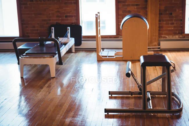 Реформатор та спортивного обладнання в порожній фітнес-студія — стокове фото