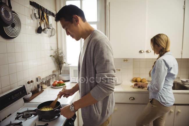Casal de preparar os alimentos na cozinha em casa — Fotografia de Stock