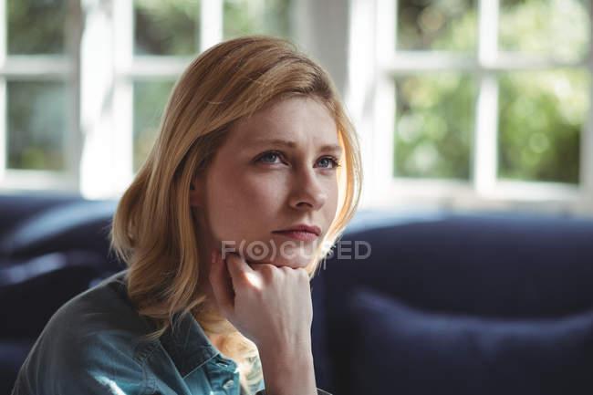 Закри вдумливі жінка у вітальні на дому — стокове фото
