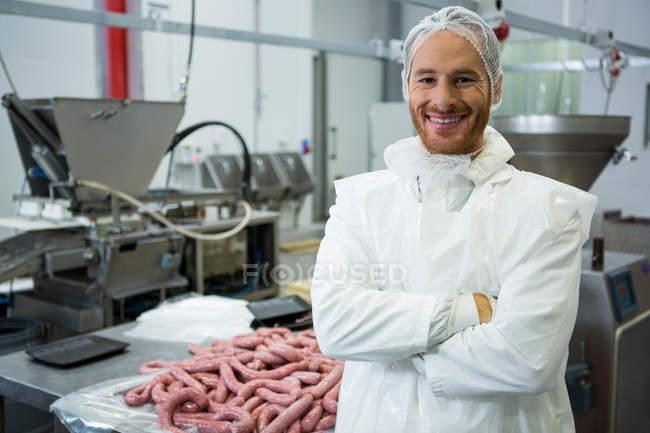 Портрет чоловічого м'ясника, стоячи з руки перейшли на заводі м'яса — стокове фото