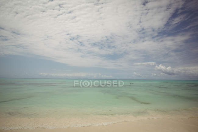 Tranquil view of waves on seashore at beach — Stock Photo