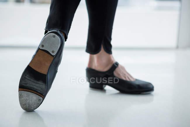 Close-up de dançarina usando sapatilhas no estúdio — Fotografia de Stock