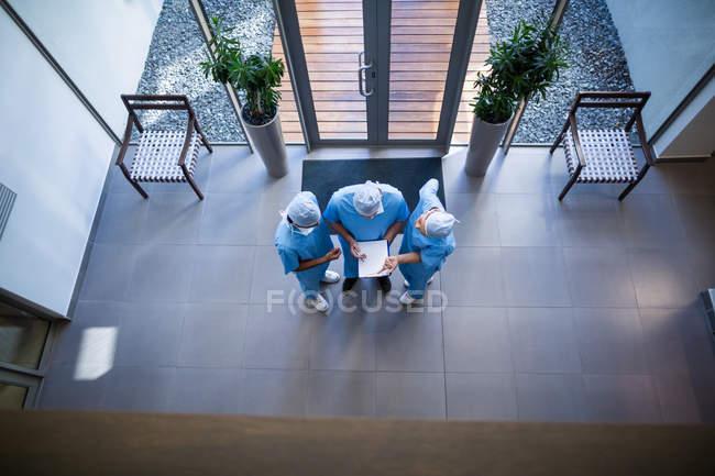 Vista aerea dei chirurghi che discutono sul rapporto medico nel corridoio ospedaliero — Foto stock