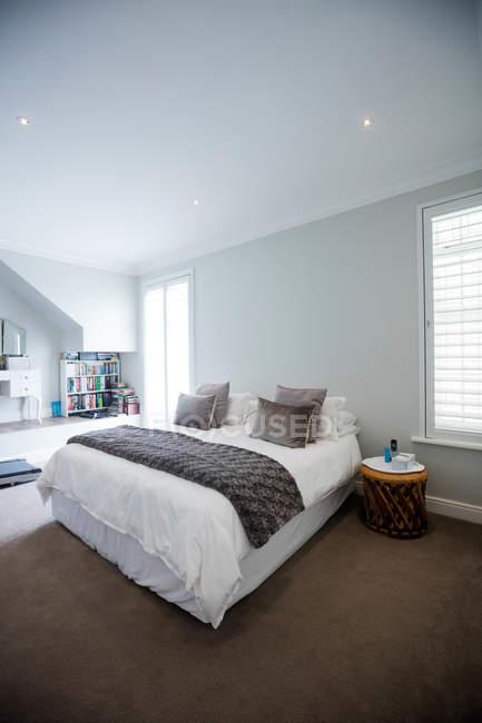Пустая кровать в спальне дома — стоковое фото