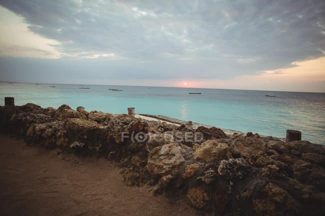 Мальовничий вид на гарний вид на море і скелястий берег в сутінках — стокове фото